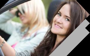 mujer manejando alegre con un buen seguro de carro