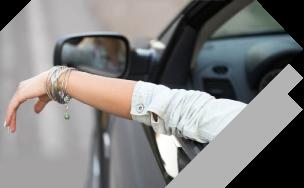 mujeres que conducen relajadas con cobertura de seguro integral y de colisión